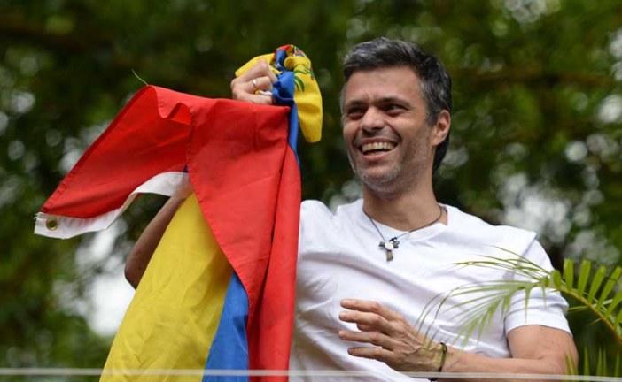 Leopoldo López sale de prisión y llama a seguir la protesta en las calles