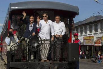 Correa celebra ocho años en el poder en Ecuador con paseo en tren emblemático