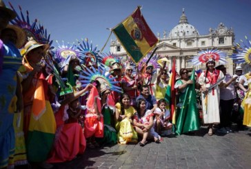 Bolivianos residentes en Italia despiden al Papa Francisco
