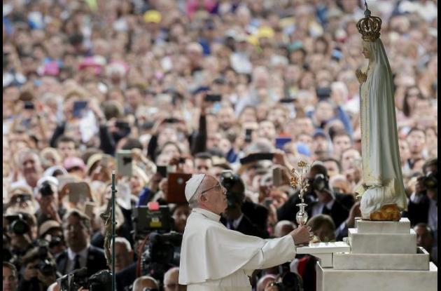 """El papa en Fátima fue un """"obispo vestido de blanco"""" que pidió derribar muros"""