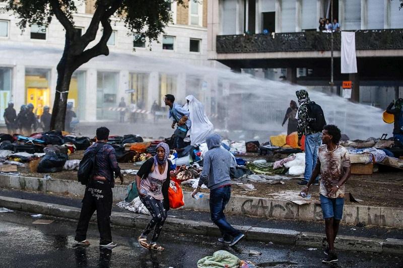 Desalojan sin piedad a migrantes en plaza de Roma