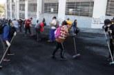 Manifestantes limpian las calles tras protestas en Ecuador