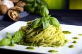 Cómo preparar unos espaguetis al pesto para transportarte a Italia sin salir de la cocina de tu casa